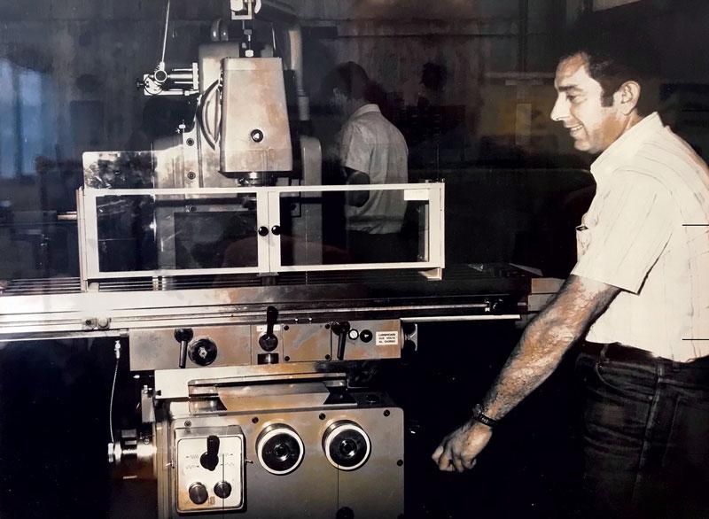 Una foto storica: Pier Luigi Carnovali, uno dei due soci fondatori di Repar2, davanti a una delle prime barriere protettive realizzate dall'azienda.