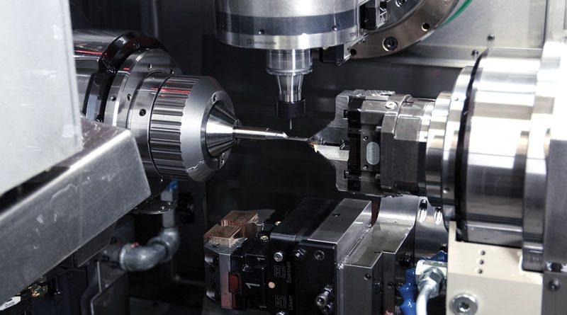 L'area di lavoro di Bumotec S191H permette di apprezzare una lavorazione dove si sfrutta il contromandrino per sostenere un pezzo di difficile lavorazione (utensile per chirurgia endoscopica).
