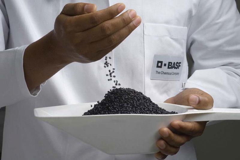 I composti sono disponibili in diverse colorazioni, da incolore a nero marcabile al laser, rinforzati con fibre vetro corte o lunghe, oppure con fibre di carbonio, e con vari stabilizzanti al calore.