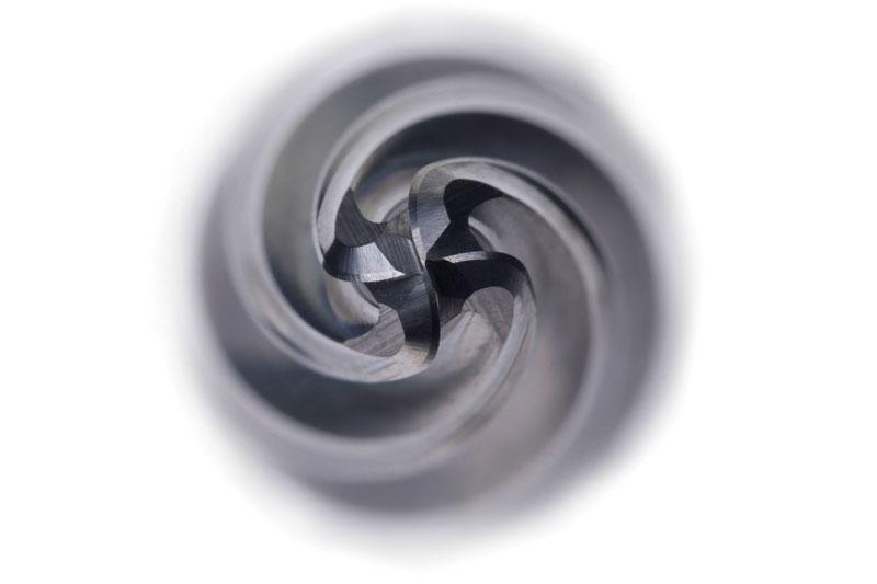 L'angolo di spoglia superiore positivo assicura un'azione di taglio dolce nella lavorazione di acciaio inossidabile e super-leghe, riducendo in questo modo il rischio di indurimento superficiale.