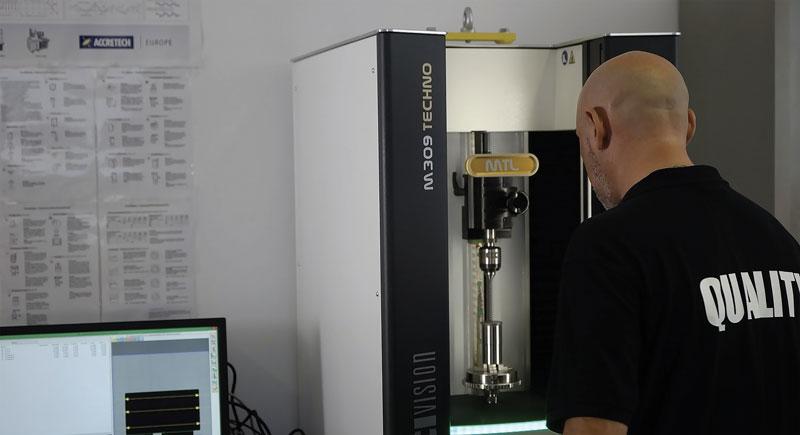 Techno M309 è una macchina di misura per il controllo dimensionale esterno di elementi cilindrici che permette di effettuare un test qualità preciso e oggettivo direttamente in produzione.