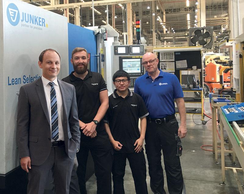 Jack Sellers (il secondo da sinistra) e Supachai Leerungruang (ingegnere di produzione; il terzo da sinistra) apprezzano l'affidabilità e la precisione delle rettificatrici Lean Selection Cam di Junker nello stabilimento produttivo in Thailandia. (Fonte: Triumph).