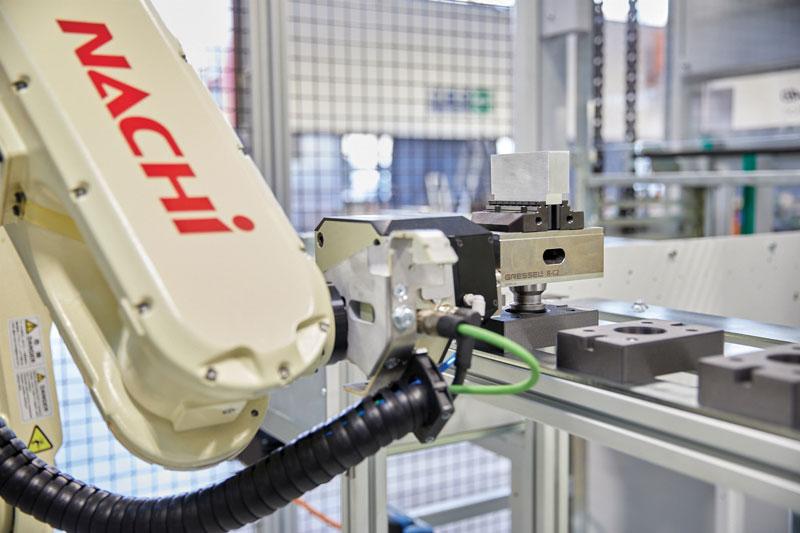 """""""Il sistema R-C2 è costituito da un modulo da montare sul polso del robot che è in grado di agganciare la morsa necessaria a lavorare il pezzo specifico e usarla prima come pinza e dopo come morsa posizionandola in macchina, grazie al nostro modulo a punto zero VERO-S""""."""
