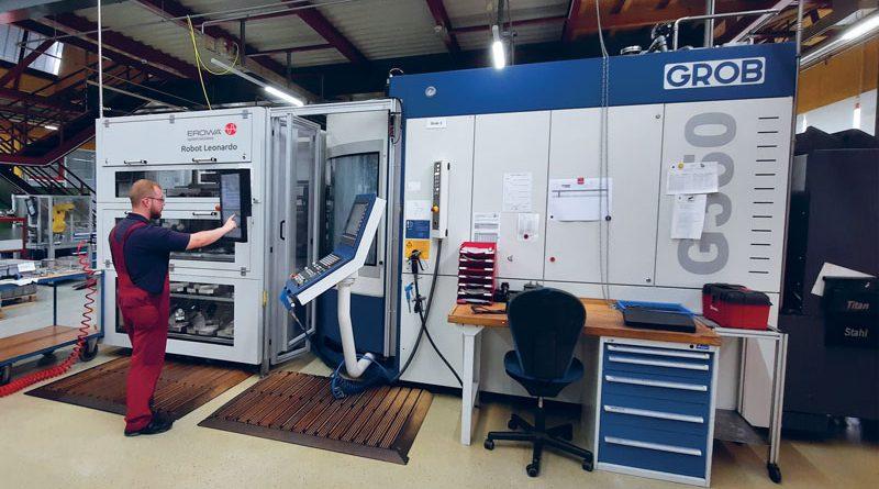 Il robot di carico Erowa è posizionato lateralmente al centro GROB G350 in modo da garantire elevata accessibilità alla cella di produzione.