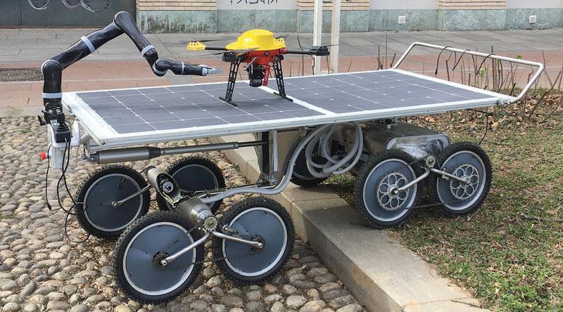 Il robot Agri.Q del Politecnico di Torino è un UGV a otto ruote motrici dotato di un braccio collaborativo a sette gradi di libertà, per attività di monitoraggio e campionamento in ambito agricolo. I pannelli fotovoltaici costituiscono una piattaforma orientabile utilizzata anche per far atterrare dei droni.