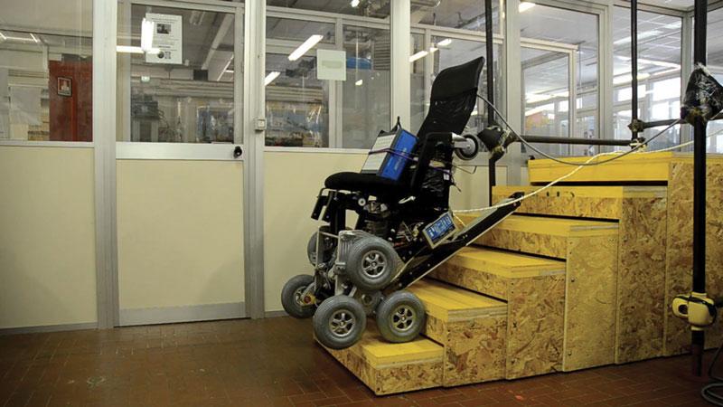 La sedia a rotelle Wheelchair. Q05 ideata e realizzata dal Politecnico di Torino è in grado di superare le barriere architettoniche, salendo su scale e marciapiedi e muovendosi sia indoor che outdoor.