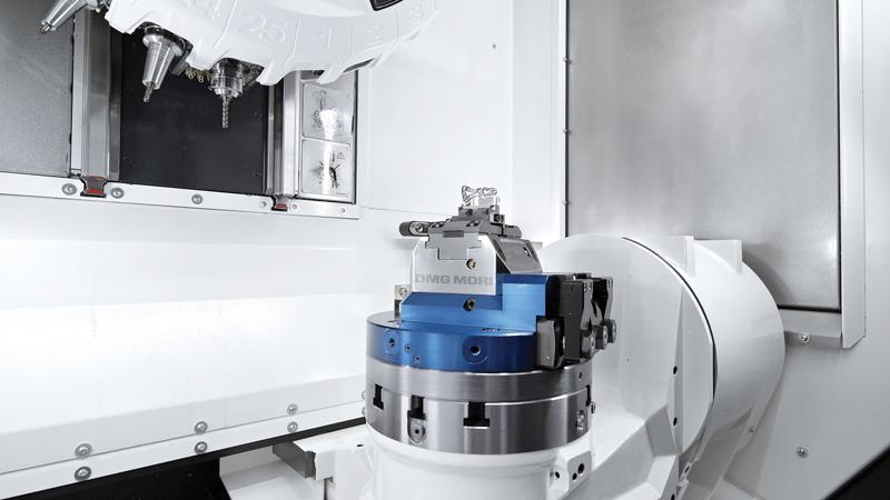 La dotazione della DMP 35 include un mandrino da 15.000 giri/min, sistemi di misura diretti su tutti gli assi e un magazzino utensile da 15 posti per utensili fino a 150 mm.