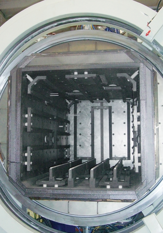 Vista della camera di un forno per diffusion bonding.