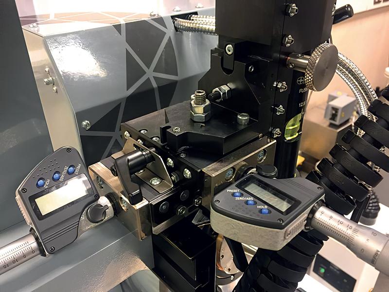 Le fasi di posizionamento del sistema di visione potenziato sono dotate di testine micrometriche con risoluzione 1 µm per un posizionamento più semplice e accurato.