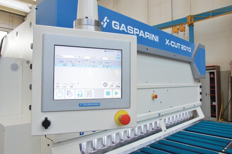 Il CNC che governa la cesoia a ghigliottina X-Cut 2010 di Gasparini include diverse funzioni, come un database materiali, un sistema di controllo della lunghezza di taglio, un angolo di taglio e la possibilità della regolazione interspazio lame.
