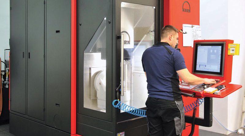 Il centro di lavoro Kern Micro HD installato presso l'officina di Cemec Intelligente Mechanik GmbH riunisce precisione ed efficienza in un ingombro ridotto.
