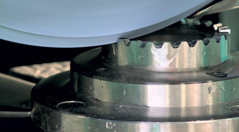 Il movimento della tavola è assicurato da un motore lineare digitale che permette di ridurre in maniera significativa i tempi di inversione per il movimento del piano.